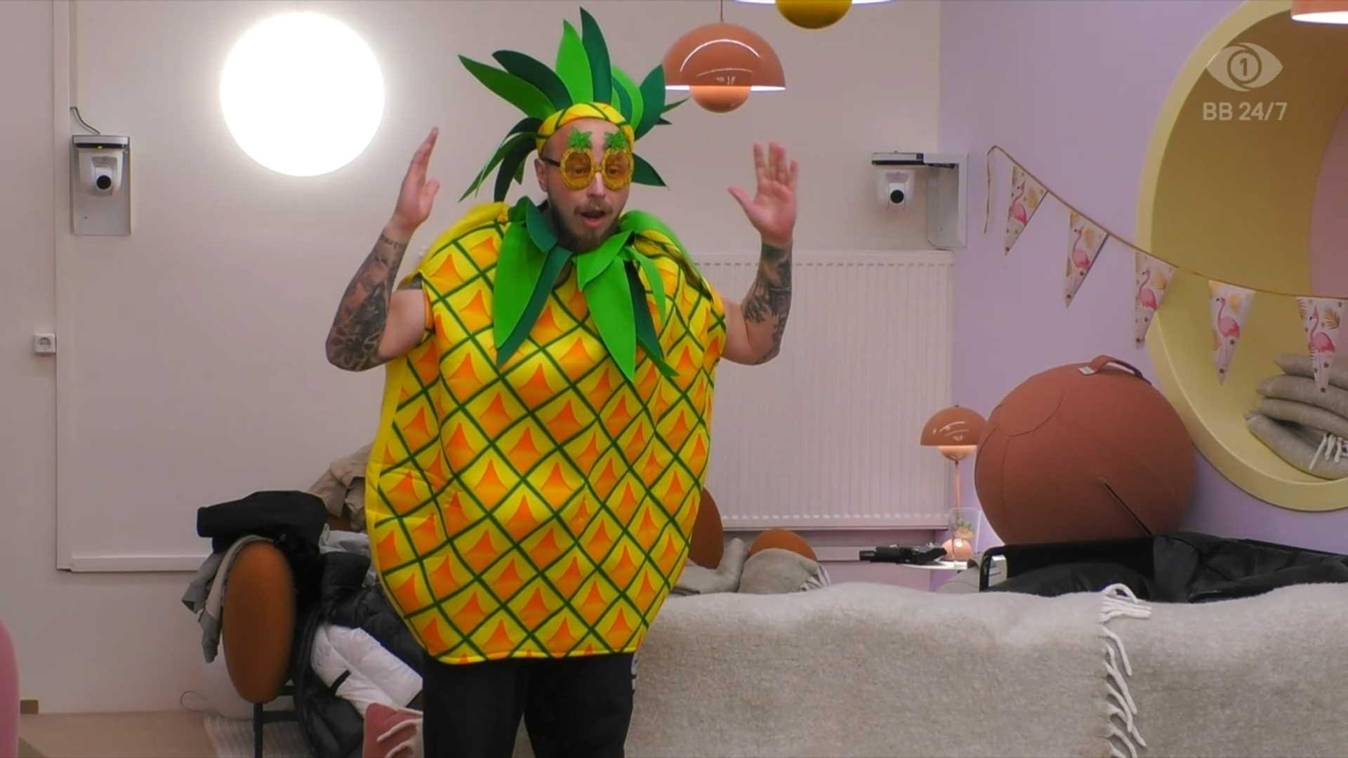 Arttu valittiin ananaslohkon johtajaksi ananasfestivaaleilla. Kuva: © Nelonen Media.
