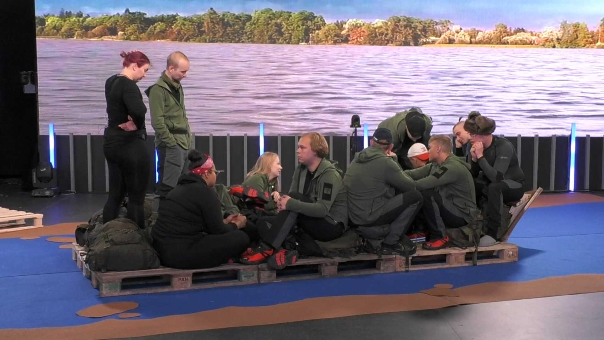 Asukkaat lautalla matkalla Lemmenjoella. Kuva: © Nelonen Media.